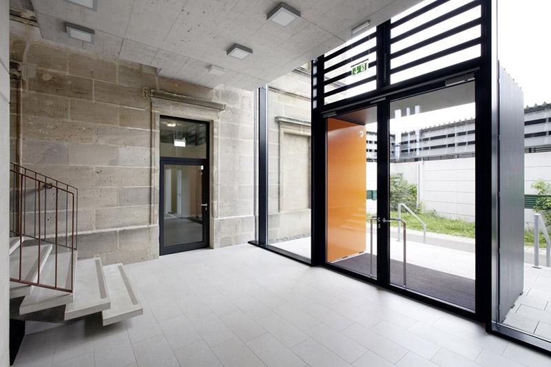 Treppenhaus nach außen verlegen  Weidinger Architekten // Projekt MOS Montessori Fachoberschule ...